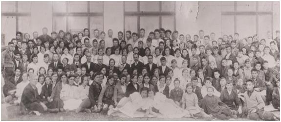 Педагогический коллектив  и полный состав  хорового коллектива учащихся, 1940 г.